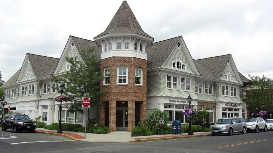 Darien Rowayton Bank is expanding to Greenwich, taking over a branch on East Putnam Avenue previously operated by First Niagara Financial Group. Darien Rowayton Bank has its headquarters in Darien, pictured. Photo: Alexander Soule / Hearst Connecticut Media / Stamford Advocate