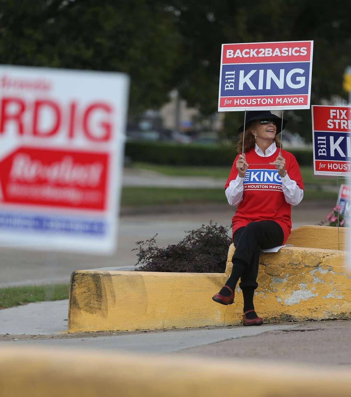 Carol Hunton se sienta afuera del Centro de Trini Mendenhall con un cartel apoyando el candidato al alcaldía de Houston Bill King el martes 3 de noviembre.