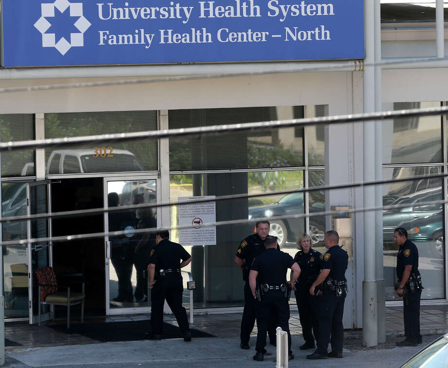 San Antonio police approach a University Health System clinic on West Rector near North Star Mall after a man barricaded himself in the clinic's bathroom. Photo: John Davenport /San Antonio Express-News / ©San Antonio Express-News/John Davenport