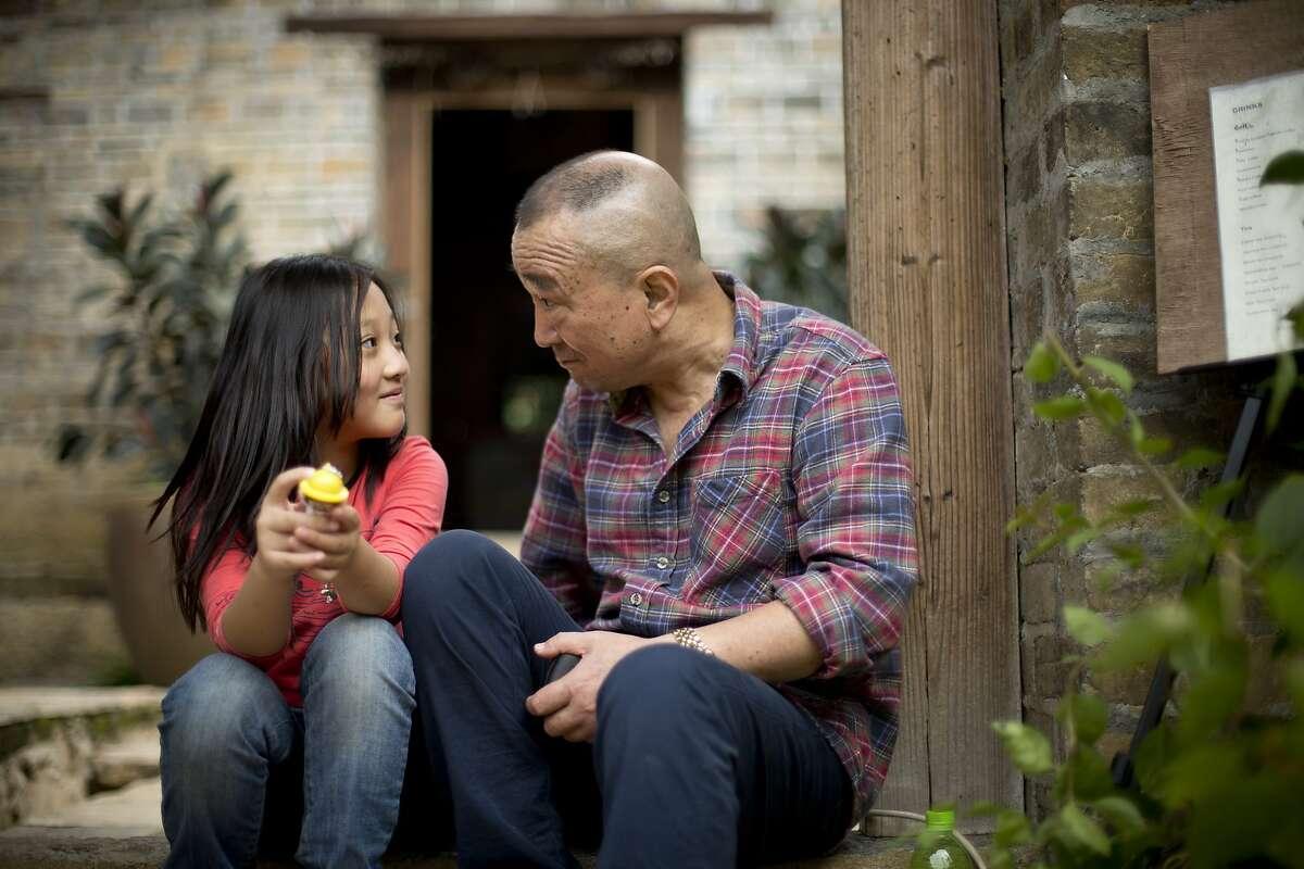 Renxing (Xin Yi Yang) and her grandfather Zhu Zhigen (Baotian Li) in Philippe Muyl's