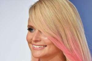 Stars strut the red carpet of the CMA Awards - Photo