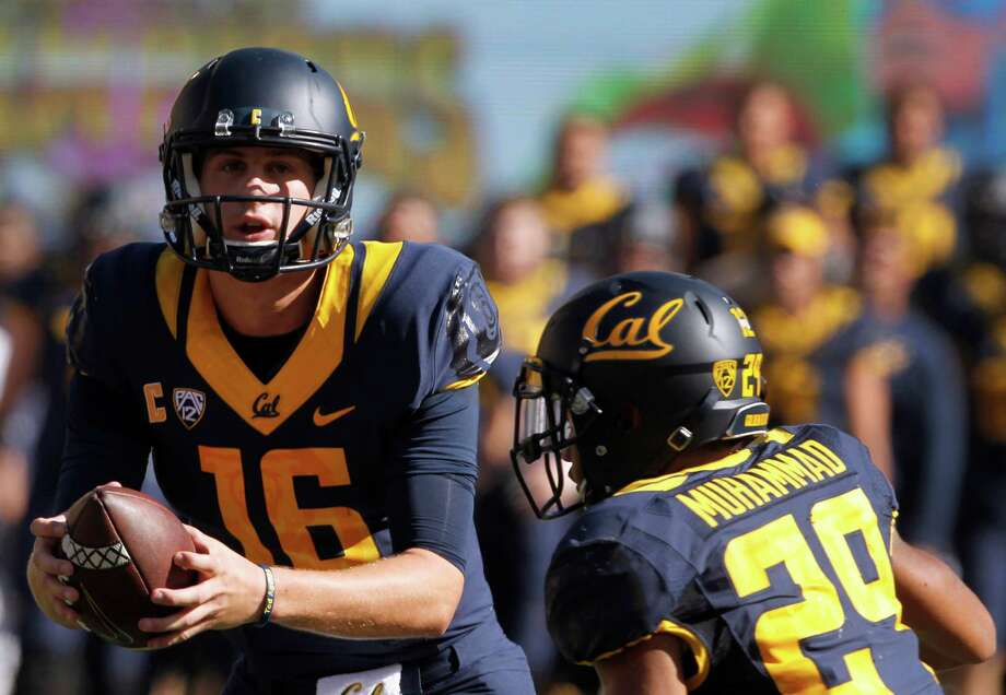 Jared Goff hands off to Khalfani Muhammad in the 1st quarter of the Cal Bears game against the USC Trojans at Memorial Stadium in Berkeley, Calif. on Saturday, Oct. 31, 2015. Photo: Paul Chinn / The Chronicle / ONLINE_YES