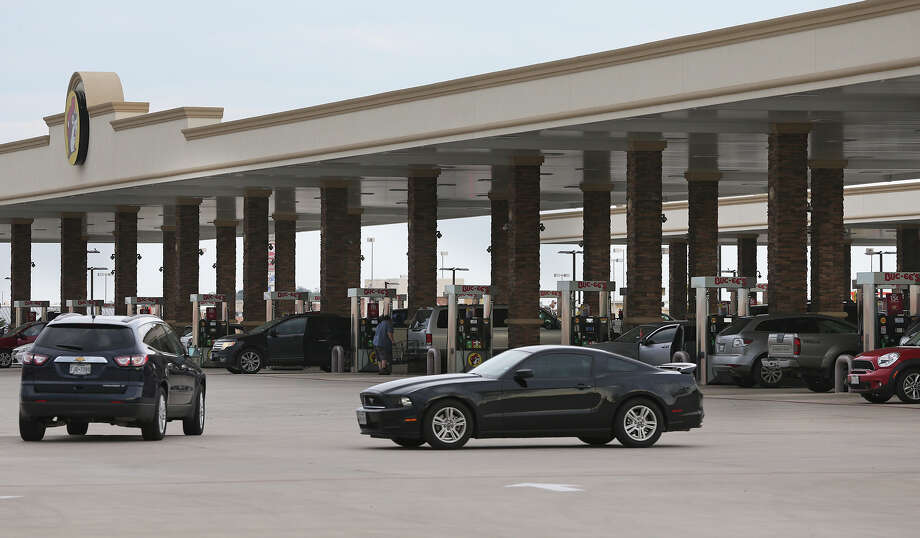 Customers flock to get gas at Bucee's on Interstate 35 in New Braunfels on Friday. Photo: Tom Reel /San Antonio Express-News