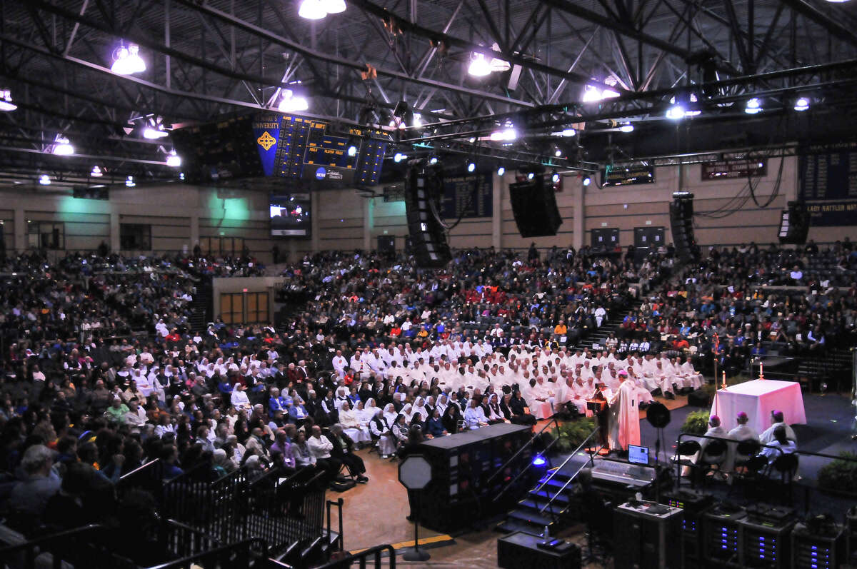 A nearly full Greehey Arena of 5000 participate in a mass led by Archbishop Gustavo Garcia-Siller to conclude the Assembly 2015 at St. Mary's University Saturday.