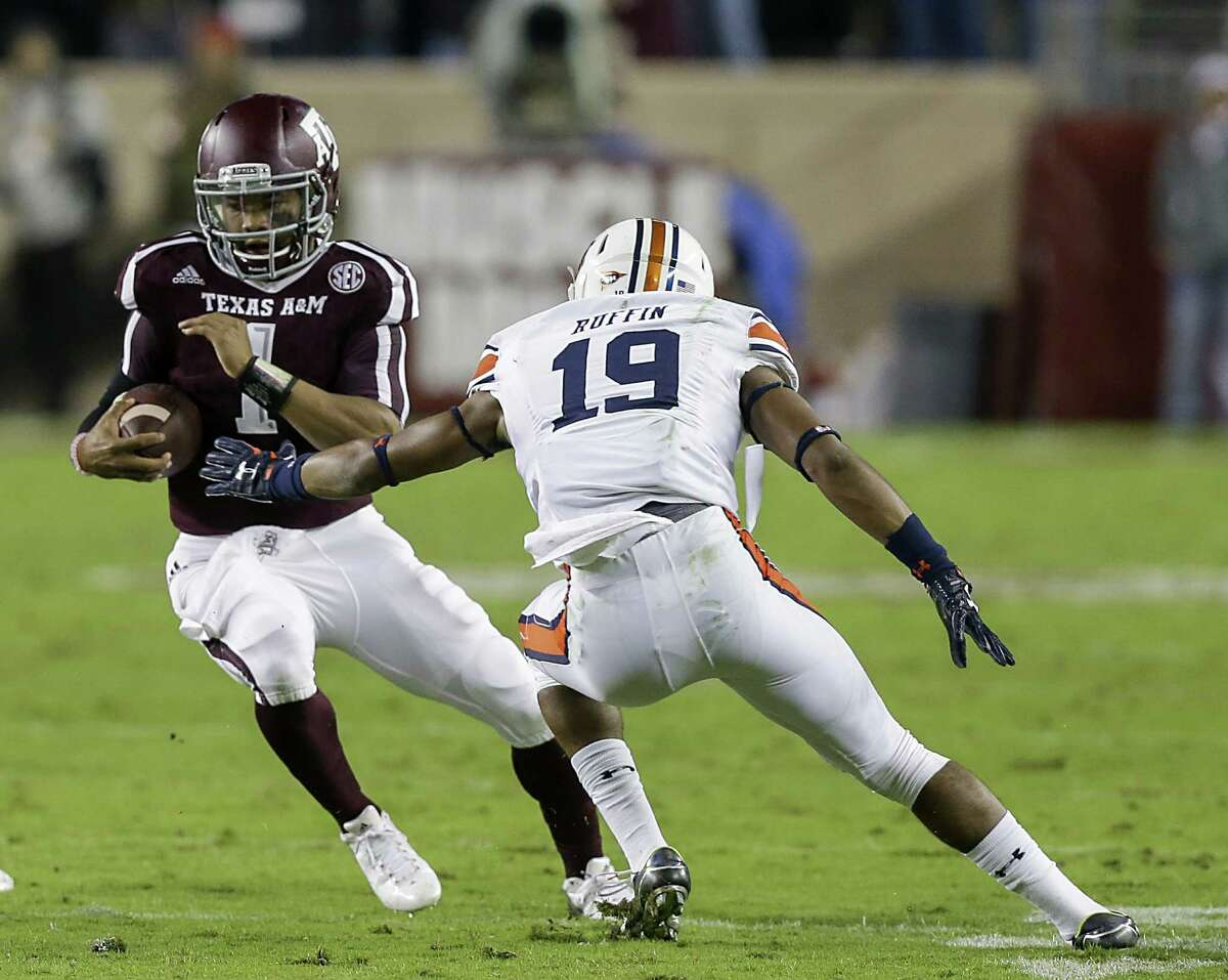 COLLEGE STATION, TX - NOVEMBER 07: Kyler Murray #1 of the Texas A&M Aggies avoids the tackle attempt by Nick Ruffin #19 of the Auburn Tigers in the first half at Kyle Field on November 7, 2015 in College Station, Texas. (Photo by Bob Levey/Getty Images)