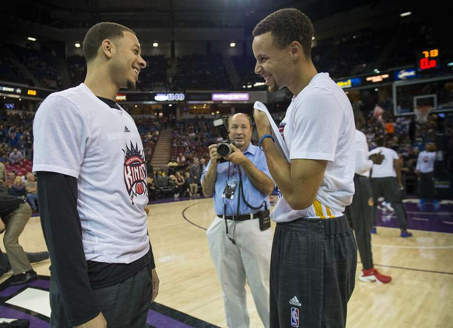 The Sacramento Kings' Seth Curry, left, talks with his brother, Golden State Warriors guard Stephen Curry, before a game at Sleep Train Arena in Sacramento, Calif., on Saturday, Nov. 7, 2015. (Hector Amezcua/Sacramento Bee/TNS) Photo: Hector Amezcua, McClatchy-Tribune News Service