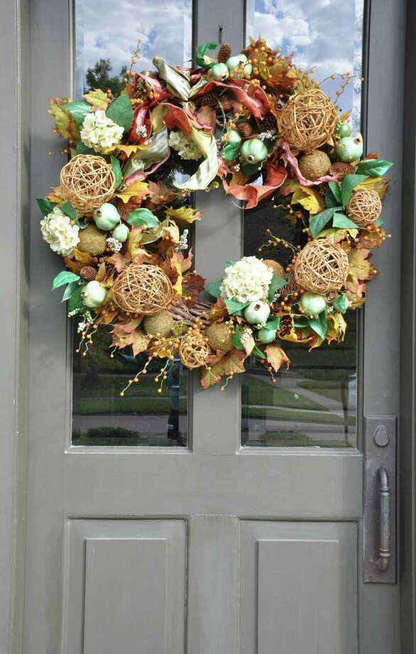 A fall wreath in Old Braeswood incorporates hydrangeas and balls made of twigs. Photo: Melissa Ward Aguilar