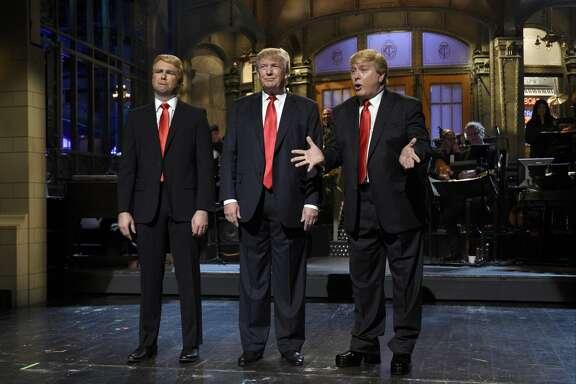 Taran Killam, izq., el precandidato republicano a la presidencia de EE.UU. e invitado al programa SNL, Donald Trump, centro, y  Darrell Hammond actúan  en una escena del programa.