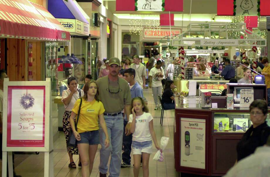 Crowds packed the Brazos Mall the day after Thanksgiving hoping to find a bargain, 11/23/01.  Traditionally the day after Thanksgiving is the busiest shopping day of the year. Photo: Kim Christensen, SPECIAL TO THE CHRONICLE / FREELANCE