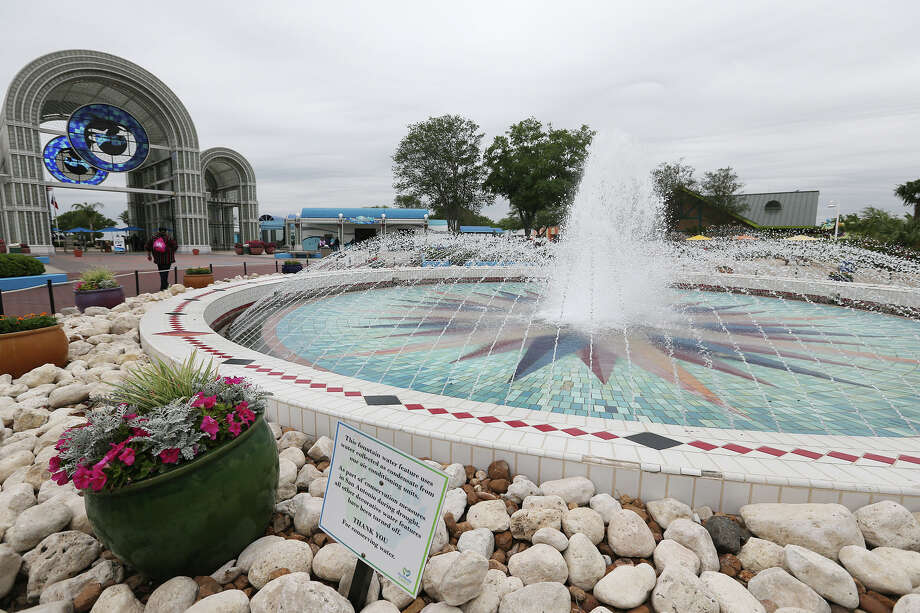 SeaWorld on Monday announced that it would be adding resorts to its water parks, including the San Antonio facility. Photo: Express-News File Photo / © 2013 San Antonio Express-News