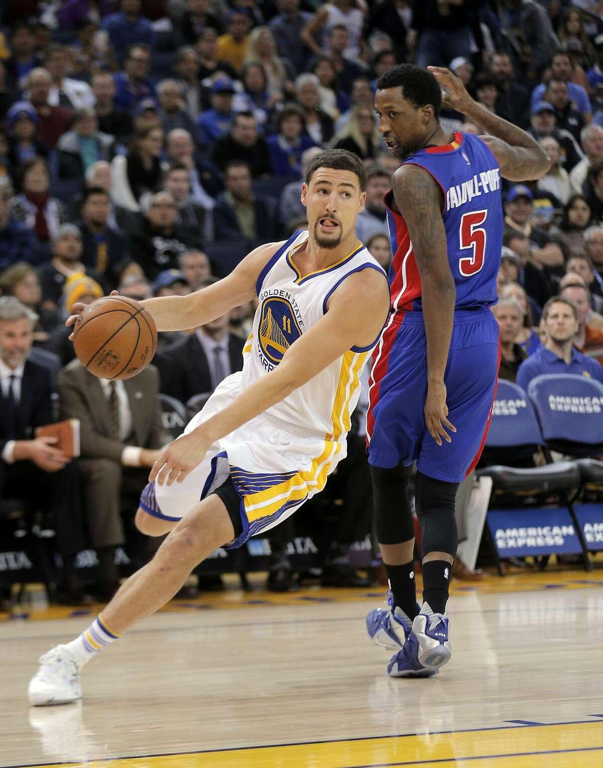 Klay Thompson (11) drives to the basket in the first half as the Golden State Warriors played the Detroit Pistons at Oracle Arena in Oakland, Calif., on Monday, November 9, 2015.