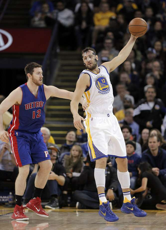 Andrew Bogut (12) gets to a pass in the second half as the Golden State Warriors played the Detroit Pistons at Oracle Arena in Oakland, Calif., on Monday, November 9, 2015. Photo: Carlos Avila Gonzalez, The Chronicle