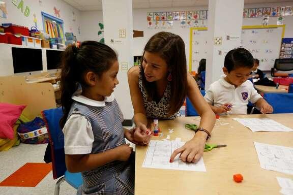 Flor Perdomo, izq., estudiante de Kipp Kinder escucha a su maestra Alexis Ríos el martes 15 de septiembre en Houston.