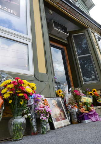 Flowers are placed at a makeshift memorial outside Recycled Salon on Sand Creek Road for hair stylist Jacquelyn Porreca Monday morning, Aug. 31, 2015, in Colonie N.Y. Porreca, 32, was stabbed to death on Aug. 21 inside Recycled Salon. Police said cash was stolen from several places inside the salon. (Will Waldron/Times Union) ORG XMIT: MER2015090913313756 Photo: WW