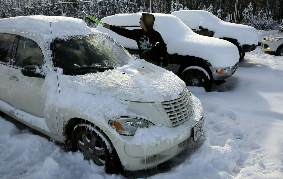 Derrik Butticci, who works for Sugarbowl Ski resort as a lift operator, digs his vehicle out from the overnight snow, in Norden, Calif. on Tues. November 10, 2015. Photo: Michael Macor, The Chronicle