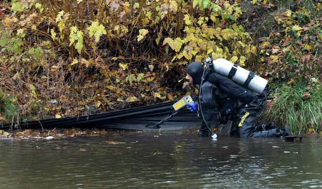 A New York State Police diver continues searching Washington Park Lake for evidence in the Colonie salon murder Wednesday afternoon, Nov. 11,  2015, in Albany, N.Y.  Michael Chmielewski and Sean Moreland were arraigned Tuesday for the killing of Jacquelyn Porreca in August. (Skip Dickstein/Times Union) Photo: SKIP DICKSTEIN