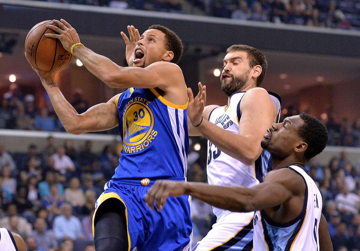 Golden State Warriors guard Stephen Curry (30) shoots against Memphis Grizzlies center Marc Gasol, center, and guard Tony Allen in the first half of an NBA basketball game, Wednesday, Nov. 11, 2015, in Memphis, Tenn. (AP Photo/Brandon Dill)