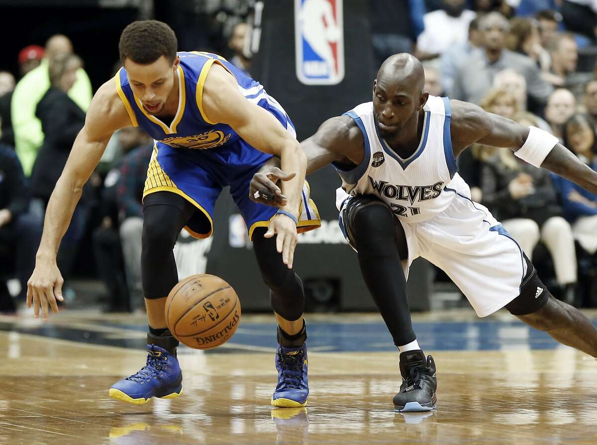Golden State Warriors' Stephen Curry, left, and Minnesota Timberwolves' Kevin Garnett race for a loose ball during the first quarter of an NBA basketball game, Thursday, Nov. 12, 2015, in Minneapolis. (AP Photo/Jim Mone)