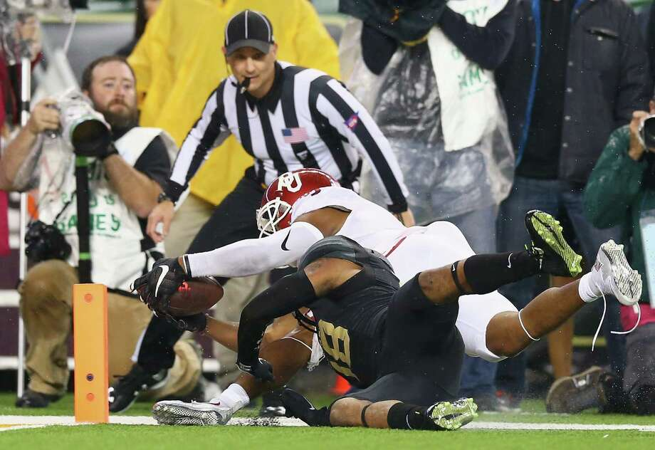 WACO, TX - NOVEMBER 14:  Sterling Shepard #3 of the Oklahoma Sooners dives for a touchdown against Chance Waz #18 of the Baylor Bears in the second quarter at McLane Stadium on November 14, 2015 in Waco, Texas.  (Photo by Ronald Martinez/Getty Images) Photo: Ronald Martinez, Staff / Getty Images / 2015 Getty Images