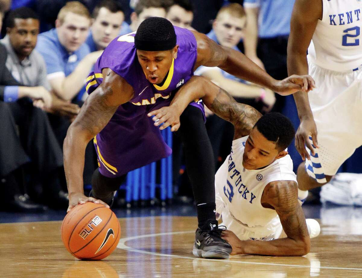 Albany's Evan Singletary, left, and Kentucky's Tyler Ulis chase down the ball during an NCAA college basketball game Friday, Nov. 13, 2015, in Lexington, Ky. (AP Photo/James Crisp) ORG XMIT: KYJC101