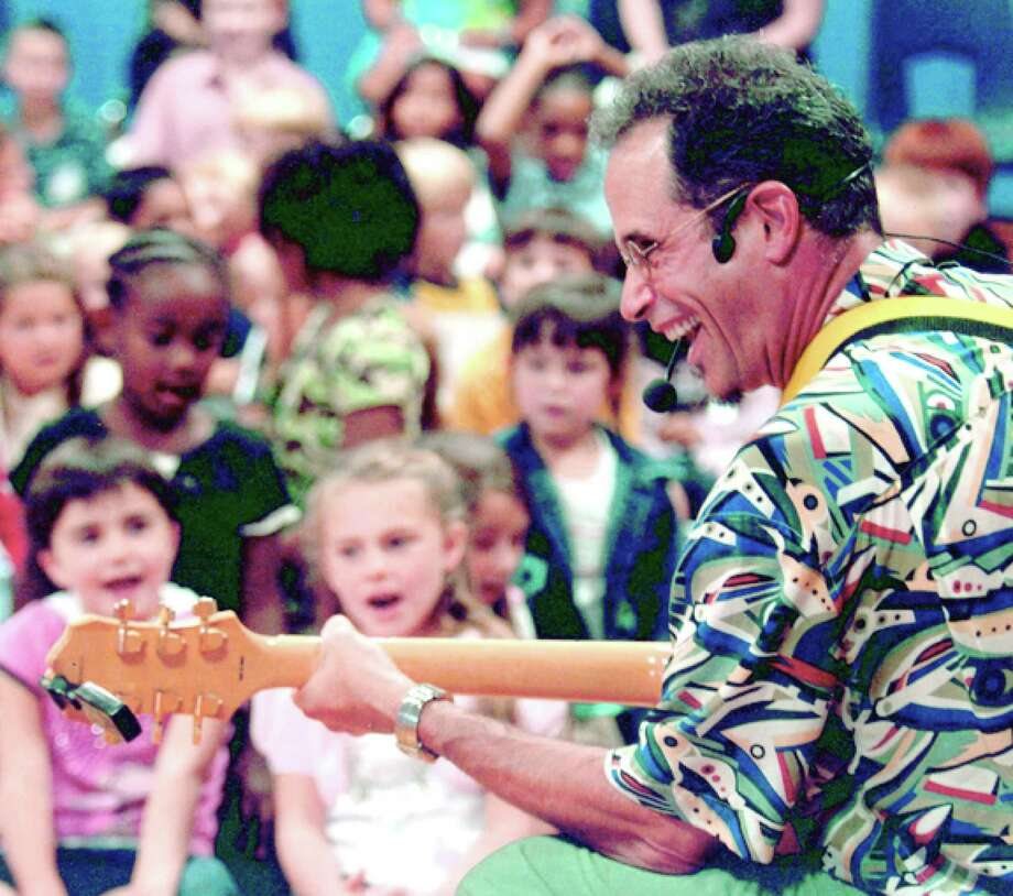 The Darien Community Association is hosting a Mom's Morning In program performance by Les Julian on Friday, Nov. 20. Photo: Contributed / Contributed Photo / Darien News