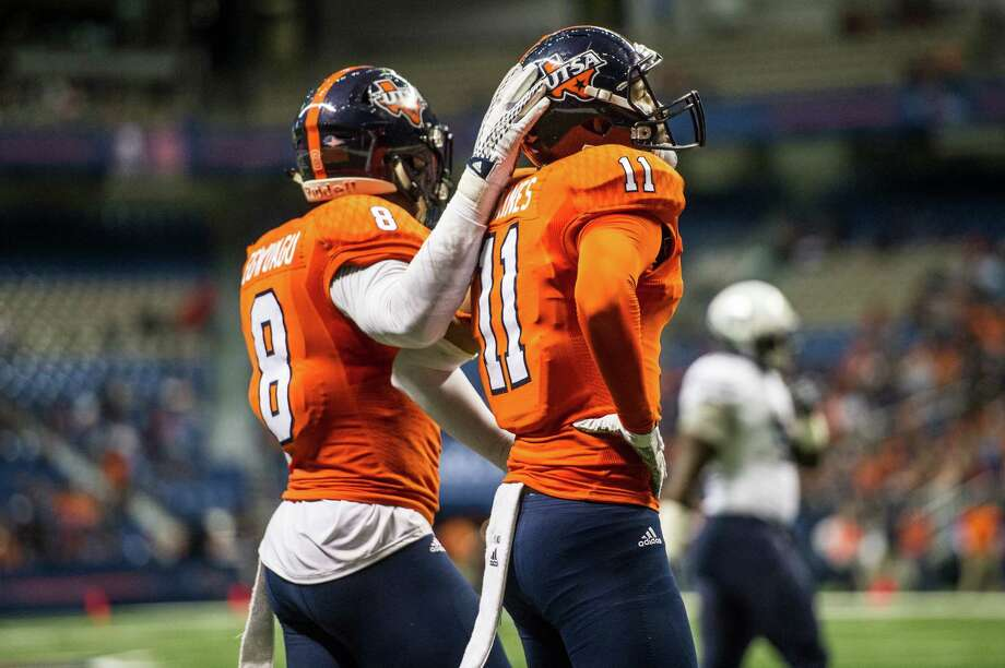 UTSA's Michael Egwuagu, left, comforts Nate Gaines after a touchdown pass went to the man Gaines was defending during UTSA's game against Old Dominion at the Alamodome in San Antonio on Saturday, November 7, 2015. Photo: Matthew Busch, Photographer / For The San Antonio Express-News / © Matthew Busch 2015