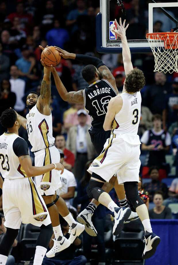 New Orleans Pelicans forward Alonzo Gee, left rear, attempts to block the shot fo San Antonio Spurs forward LaMarcus Aldridge (12) during the first half of an NBA basketball game in New Orleans, Friday, Nov. 20, 2015. (AP Photo/Max Becherer) Photo: Max Becherer, FRE / Associated Press / FR 171354AP