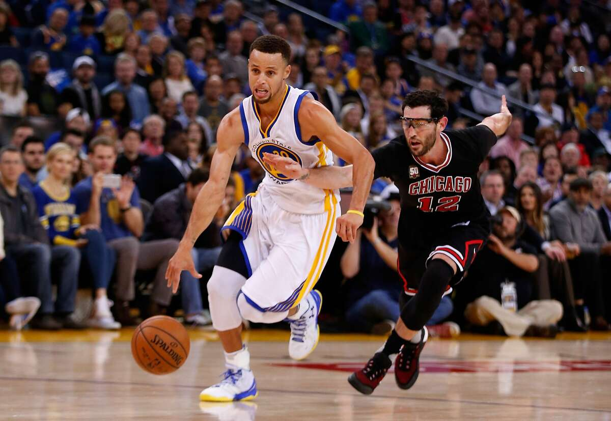 Stephen Curry #30 of the Golden State Warriors drives on Kirk Hinrich #12 of the Chicago Bulls at ORACLE Arena on November 20, 2015 in Oakland, California.