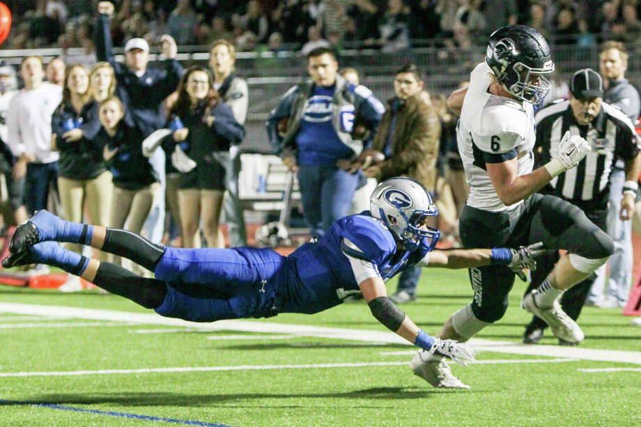 Boerne Champion's Zach Duncan (right) outruns Georgetown's Caden Leggett on a 6-yard catch and run to the end zone. Photo: Marvin Pfeiffer /San Antonio Express-News / Express-News 2015