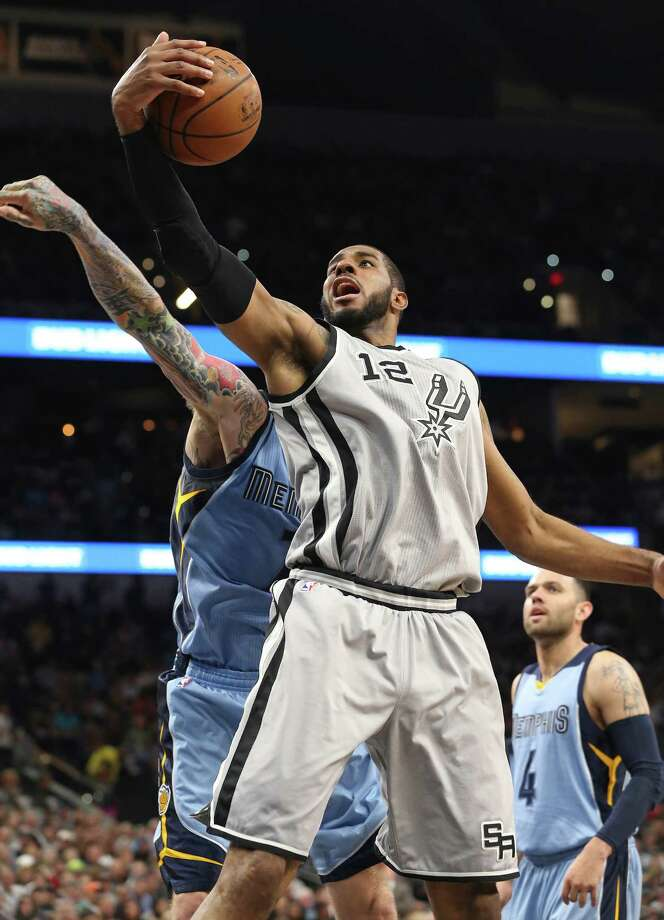 LaMarcus Aldridge pulls in an offensive rebound as the Spurs host the Grizzlies at the AT&T Center on March 25, 2016. Photo: TOM REEL, SAN ANTONIO EXPRESS-NEWS / 2016 SAN ANTONIO EXPRESS-NEWS