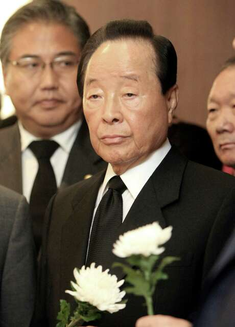 FILE - In this Aug. 18, 2009 file photo, former South Korean President Kim Young-sam visits the memorial room for the late former South Korean President Kim Dae-Jung at a hospital in Seoul, South Korea.  A South Korean hospital official says Kim Young-sam has died. He was 87. The chief of Seoul National University Hospital, Oh Byung-Hee, said Kim died there early Sunday, Nov. 22, 2015.(AP Photo/Yonhap, Chou Jae-koo)  ** KOREA OUT ** Photo: Choi Jae-koo, SUB / Yonhap
