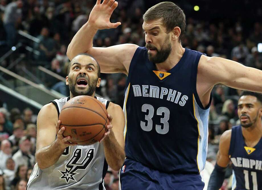 Tony Parker takes Marc Gasol to the hoop on a mismatch as the Spurs play the Grizzlies at the AT&T Center on November 21, 2015. Photo: TOM REEL, STAFF / SAN ANTONIO EXPRESS-NEWS / 2015 SAN ANTONIO EXPRESS-NEWS