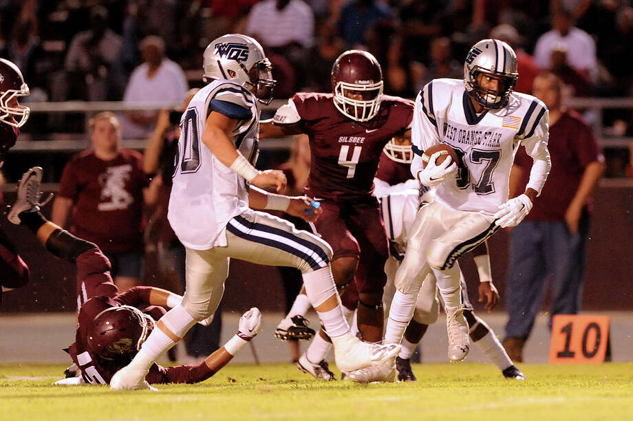 West Orange-Stark Mustang Thomas Wallace, 87, spins to dodge the Silsbee Tiger defense at Tiger Stadium September 18, 2015. Photo by Drew Loker Photo: Drew Loker / ©2015. www.DrewLoker.com