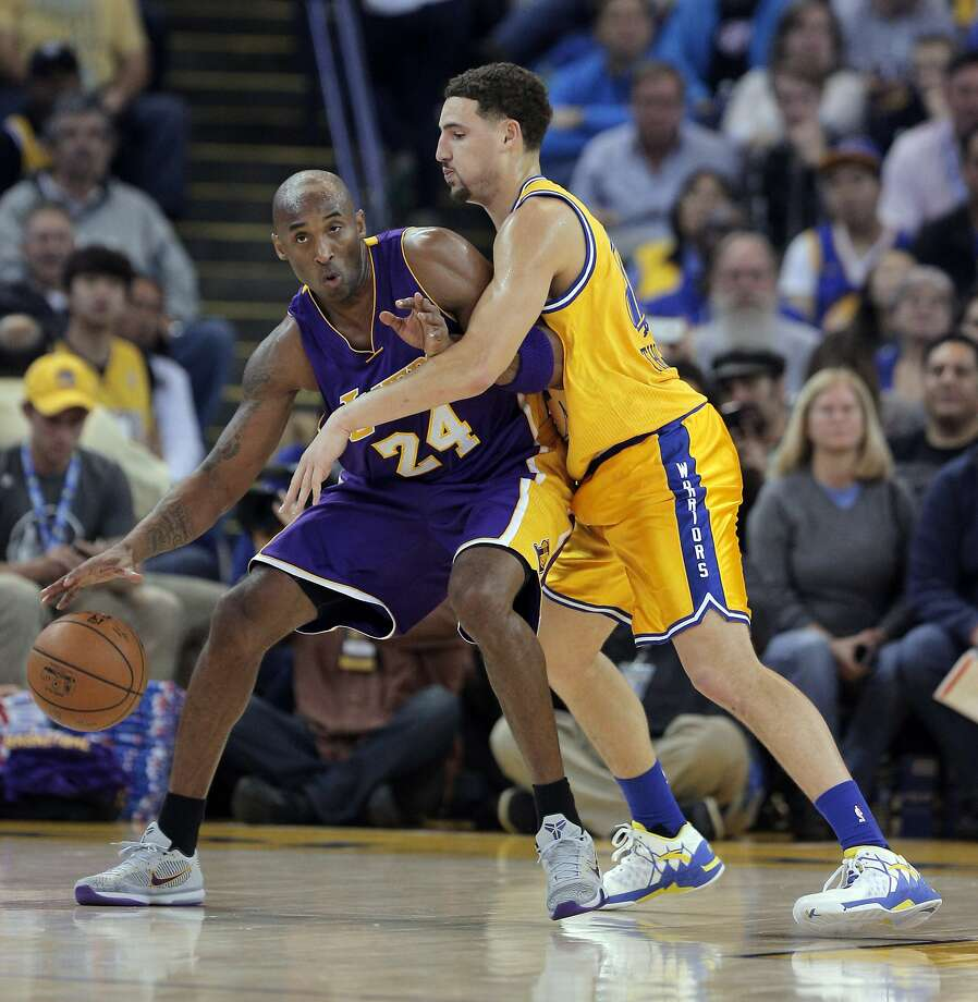 Klay Thompson (11) defends against Kobe Bryant (24) in the first half as the Golden State Warriors played the Los Angeles Lakers at Oracle Arena in Oakland, Calif., on Tuesday, November 24, 2015. Photo: Carlos Avila Gonzalez, The Chronicle