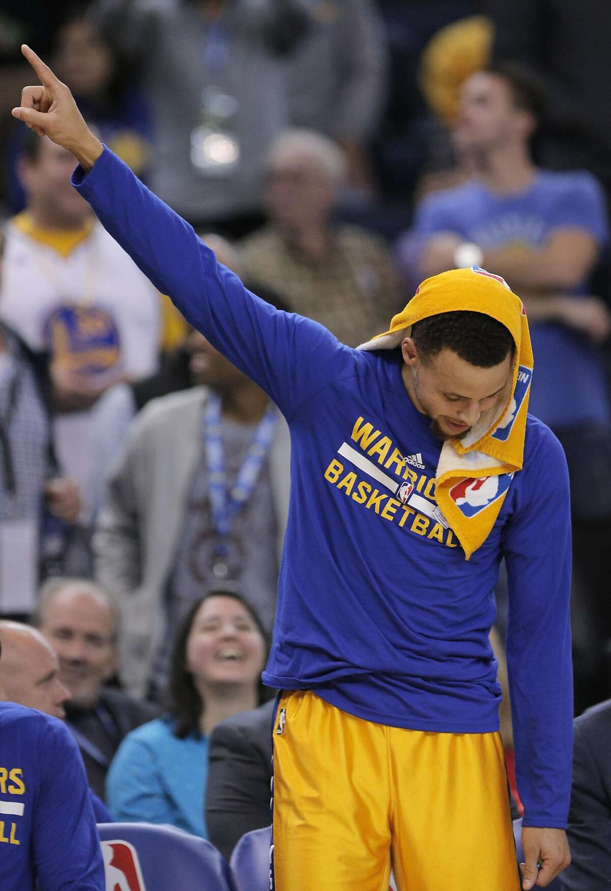 Stephen Curry (30) gestures to the fans from the bench in the second half as the Golden State Warriors played the Los Angeles Lakers at Oracle Arena in Oakland, Calif., on Tuesday, November 24, 2015.