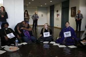 14 interfaith leaders who occupied Oakland courthouse arrested - Photo