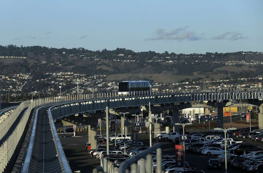 An Oakland Airport Connector car makes its way between the Coliseum BART Station and Oakland International Airport Oakland, Calif., on Wednesday, November 25, 2015. Photo: Carlos Avila Gonzalez, The Chronicle