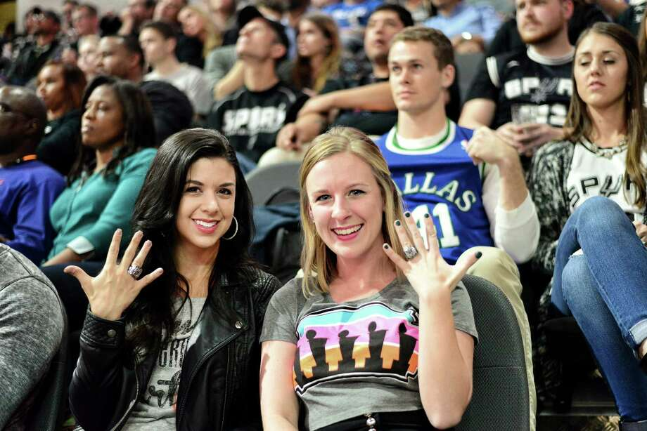 Spurs fans cheered the team to a 88-83 win over the Dallas Mavericks at the AT&T Center on Wednesday night, Nov. 25, 2015. Photo: Kody Melton/For MySA.com