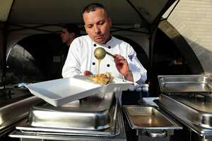 Bridgeport chef treats cops to Thanksgiving feast - Photo