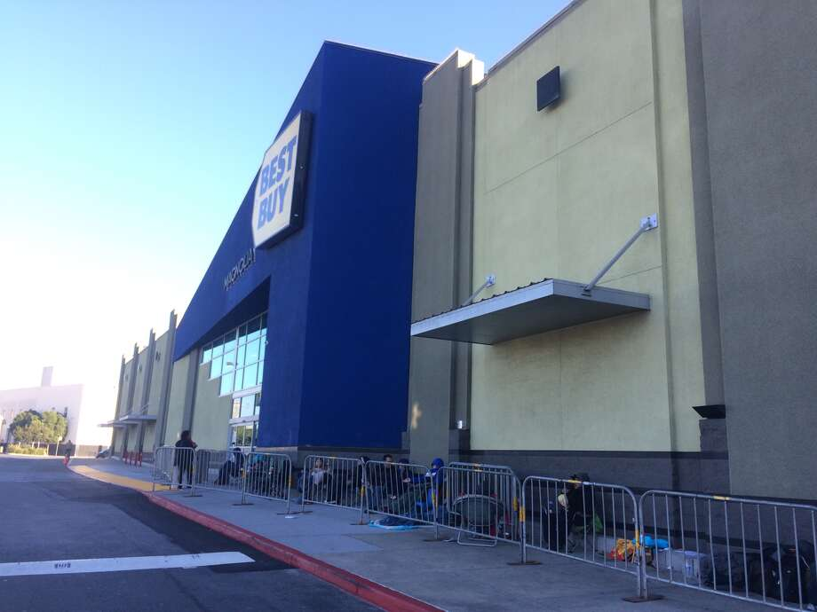 People lined up at a San Francisco Best Buy to purchase a $149 Toshiba TV set on Thanksgiving Day, Nov. 26, 2015. Photo: Amy Graff