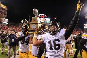 Iowa stays unbeaten, heads for Big Ten title game - Photo