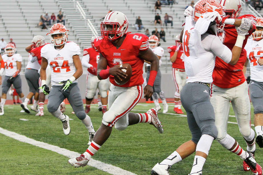 Judson quarterback Julon Williams (center) scores a 4-yard touchdown during the first half of their Class 6A Division I third-round playoff game with Laredo United at Rutledge Stadium on Nov. 2, 2015. Judson shut out the Longhorns 45-0. Photo: Marvin Pfeiffer /San Antonio Express-News / Express-News 2015