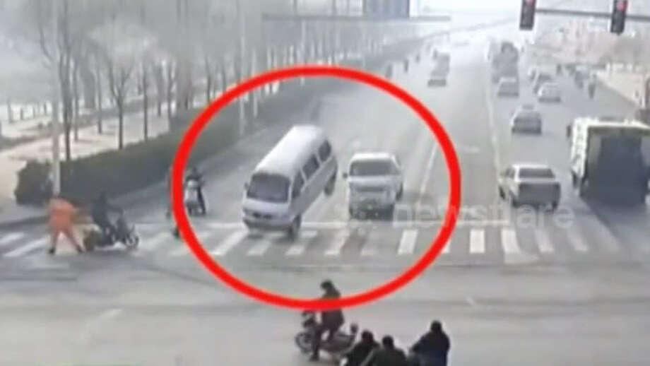 The Internet has spread a video from Xingtai, China of a road accident in which half of vehicles appear to levitate at an intersection. Photo: Newsflare