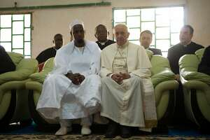Pope urges peace while visiting Central African Republic mosque - Photo