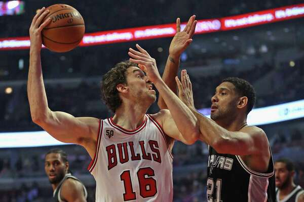 CHICAGO, IL - NOVEMBER 30: Pau Gasol #16 of the Chicago Bulls shoots agaist Tim Duncan #21 of the San Antonio Spurs at the United Center on November 30, 2015 in Chicago, Illinois. Note to User: User expressly acknowledges and agrees that, by downloading and or using the photograph, User is consenting to the terms and conditions of the Getty Images License Agreement.