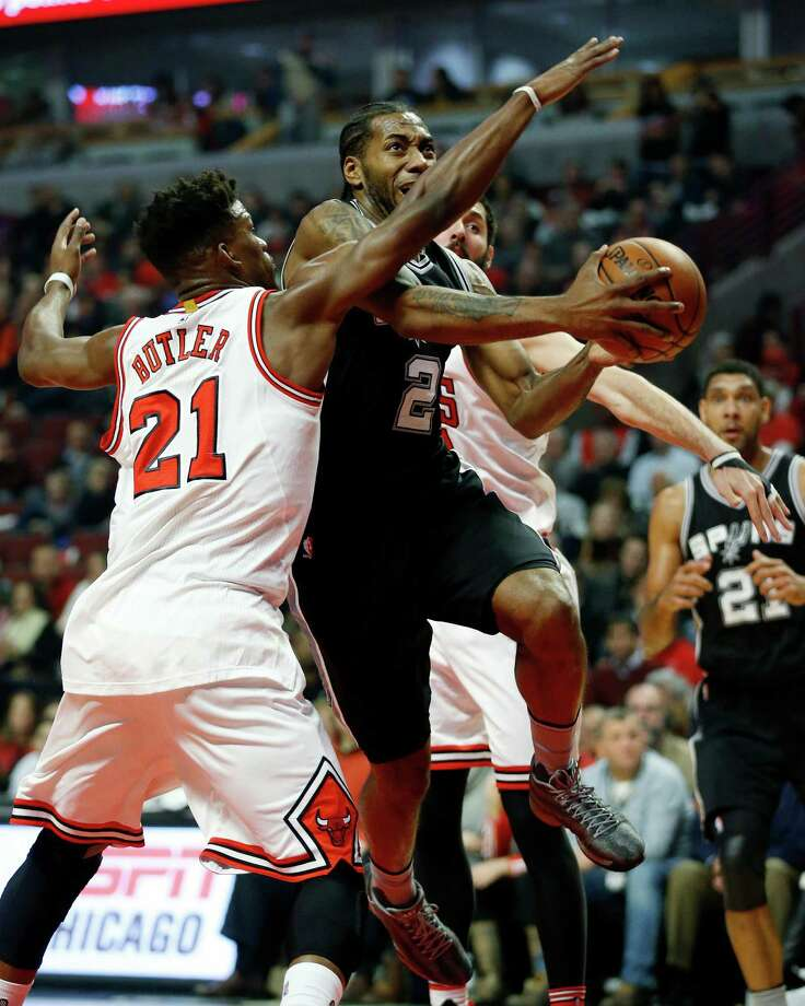 San Antonio Spurs forward Kawhi Leonard (2) shoots past Chicago Bulls guard Jimmy Butler (21) during the first half of an NBA basketball game in Chicago, Monday, Nov. 30, 2015. (AP Photo/Andrew A. Nelles) Photo: Andrew Nelles, Associated Press / FR170974 AP