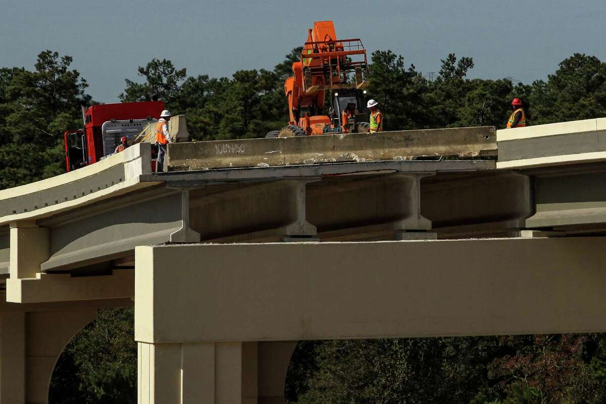 Crews install a barricade on an unfinished flyover on the Grand Parkway near Interstate 45 Thursday, Nov. 12, 2015, in Houston. The section of the Grand Parkway from from U.S. 290 to U.S. 59 is nearing completion and expected to open soon. ( Michael Ciaglo / Houston Chronicle )