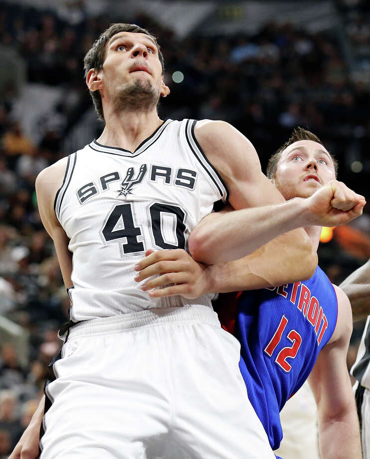 Spurs' Boban Marjanovic and Pistons' Aron Baynes struggle for position during second half action at the AT&T Center. Photo: Edward A. Ornelas /San Antonio Express-News / © 2015 San Antonio Express-News