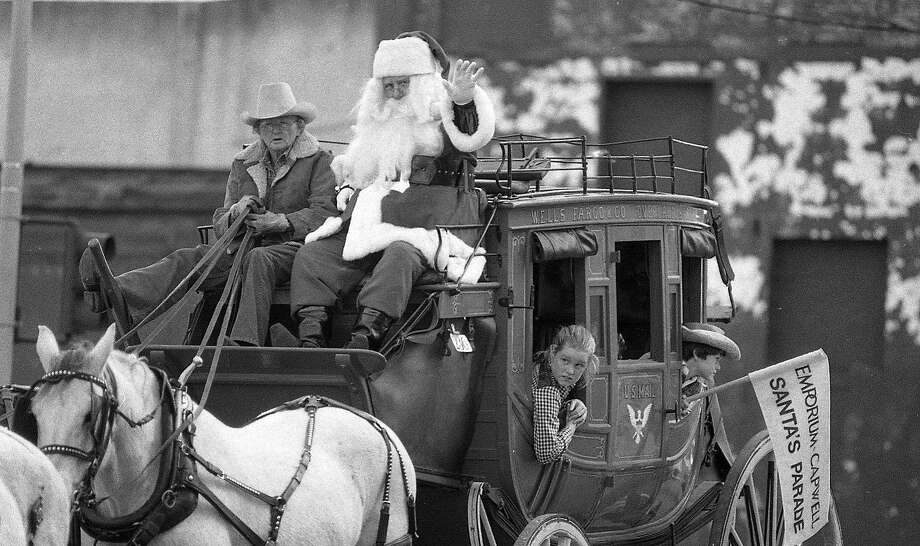 Santa arrives by stagecoach at the Emporium-Capwell parade Nov. 22, 1981. Photo: Steve Ringman, The Chronicle