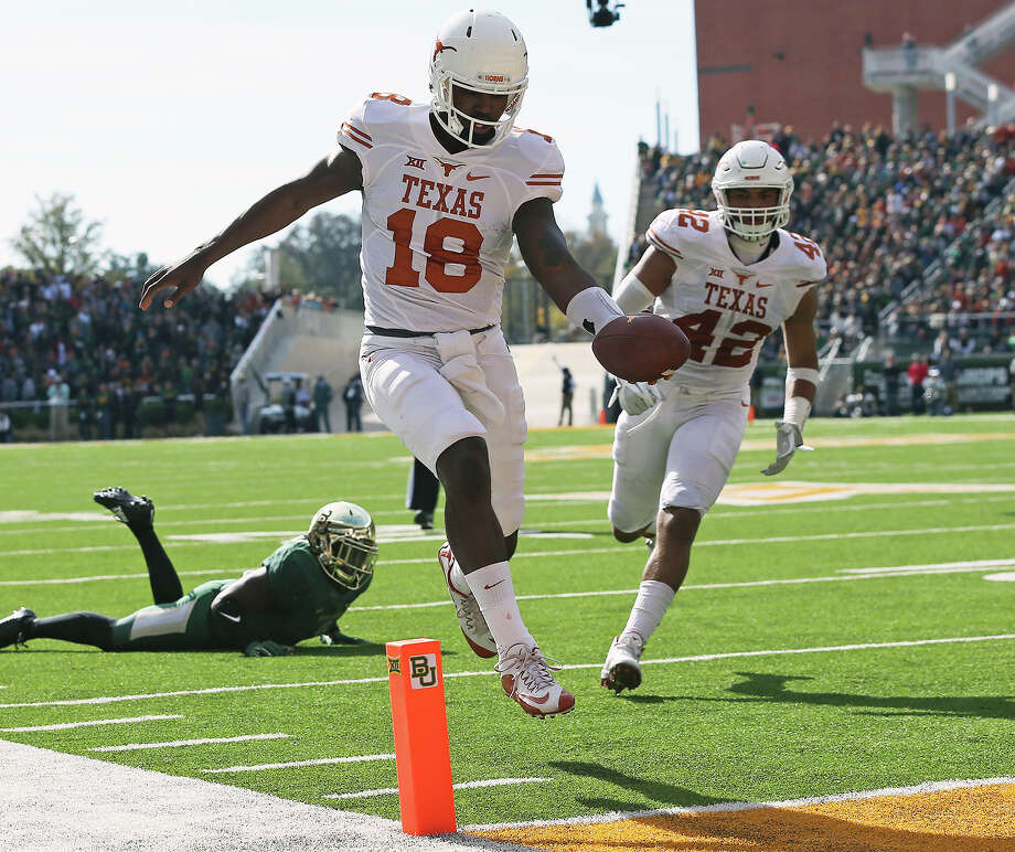 Tyrone Swoopes scores on an open field run in the first quarter as  Baylor hosts Texas at McClane Stadium in Waco on December 5, 2015. Photo: TOM REEL, STAFF / SAN ANTONIO EXPRESS-NEWS / 2015 SAN ANTONIO EXPRESS-NEWS